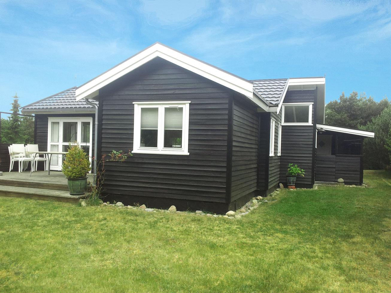 Sommerhus efter Malerfirmaet Rørvig har malet facade og vindue